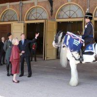 Prinses Beatrix neemt paukenkleden Vereniging Officieren Cavalerie in ontvangst